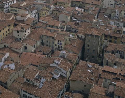 赤い屋根の市内の街 イタリア