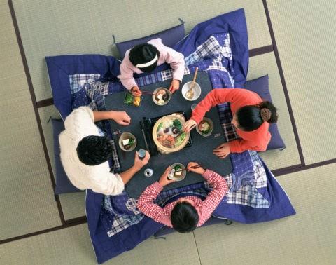 鍋料理を食べる親子