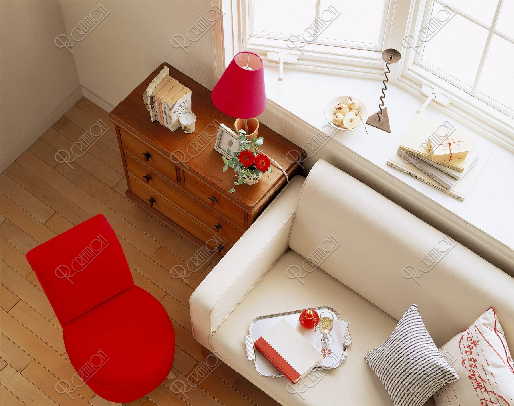 窓辺のソファと赤い椅子