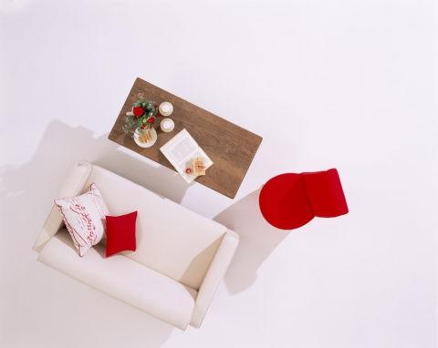 ソファと赤い椅子とテーブル