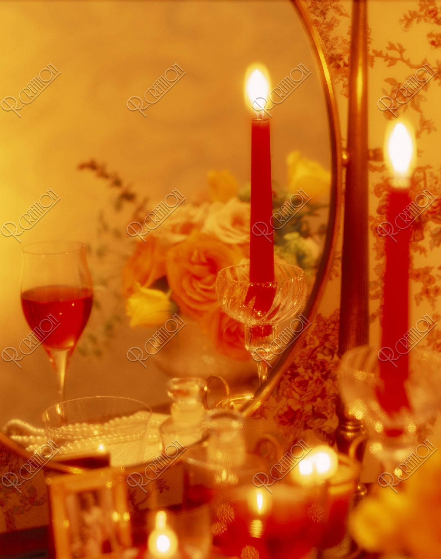 鏡台の上のキャンドルと花