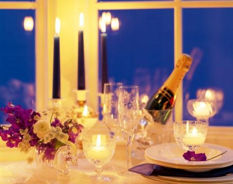 窓辺のキャンドルとワイン