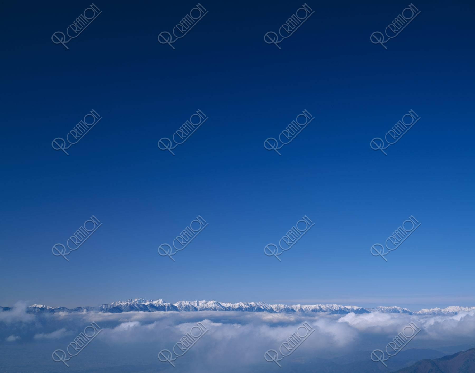 雲海と新雪のアルプス