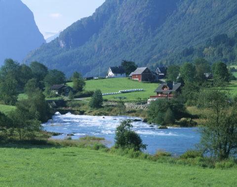 氷河と川と民家