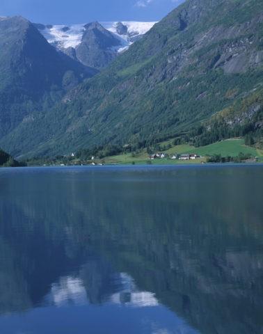 氷河と湖と民家