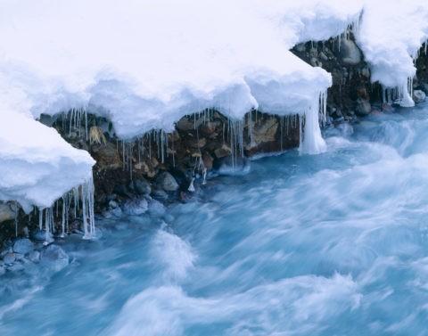流れと積雪