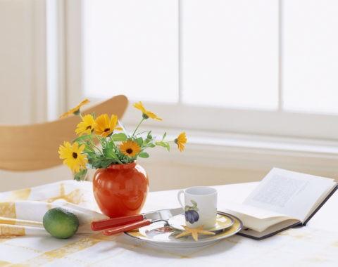 テーブルの上の花と本