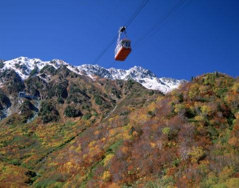 ロープウェイと紅葉の立山連峰