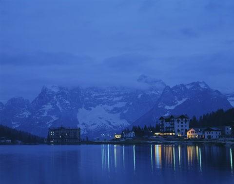 ミズリナ湖畔のホテル夜景 イタリア