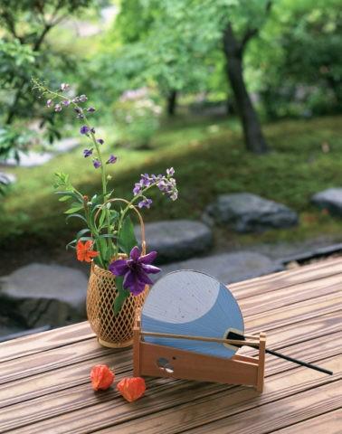 縁側の花と団扇