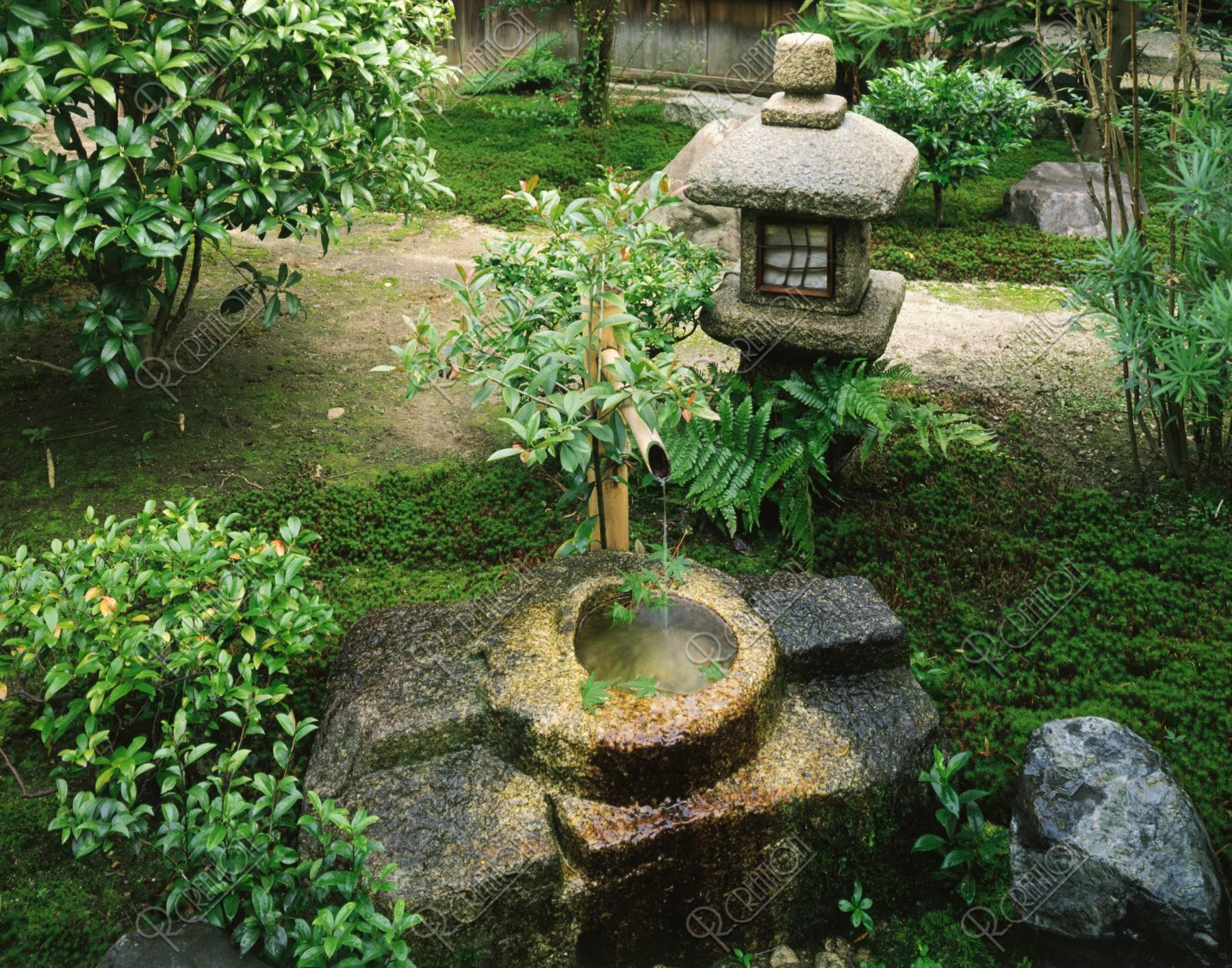 石灯篭と手水鉢