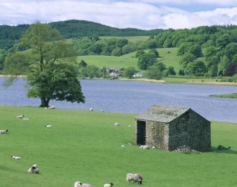 石小屋と湖