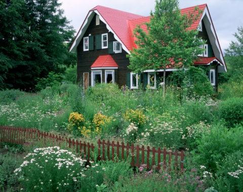 赤い家とハーブ畑