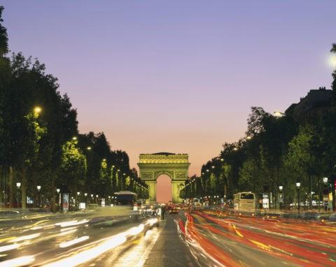 凱旋門とシャンゼリゼ大通り夜景