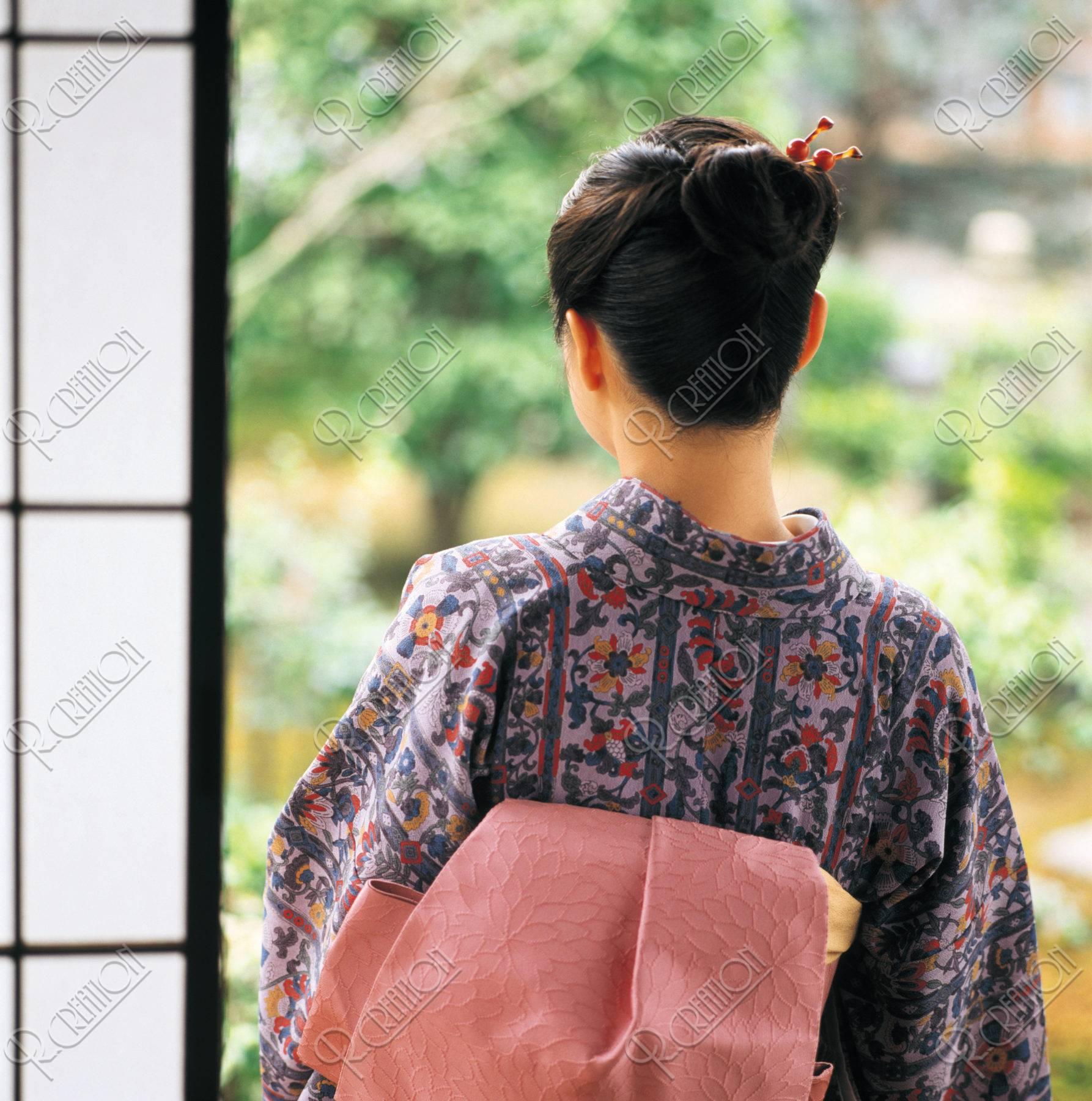 後ろ姿の和服の女性