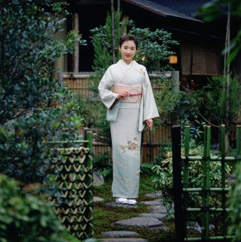庭にたたずむ和服の女性