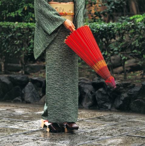 番傘を持つ和服の女性