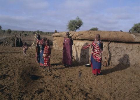 家の前のマサイの女達 ケニア アンボセリ