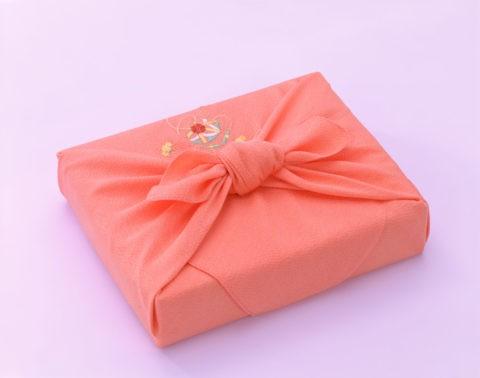 淡紅色のふろしき包み