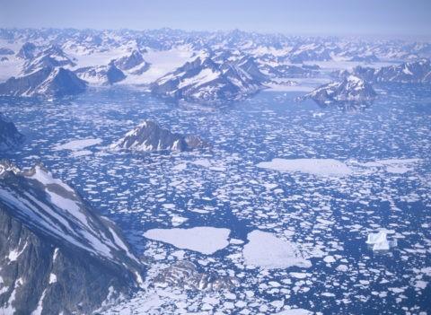空撮 流氷群とグリーンランドのフィヨルド