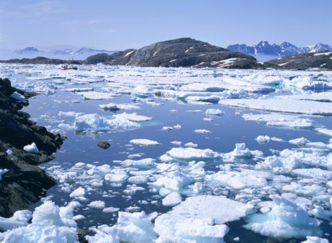 流氷とグリーンランドの山