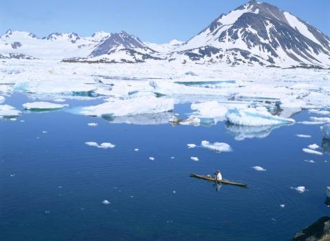 カヤックの男と流氷の海 グリーンランド