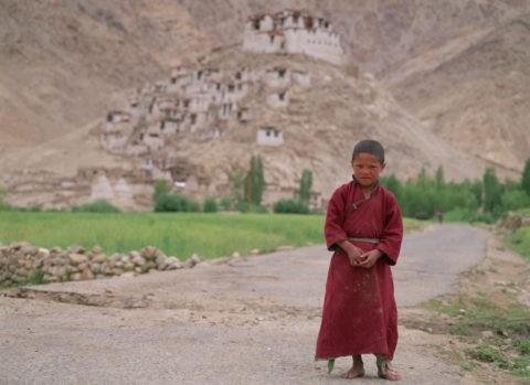少年僧とチェムレ僧院 ラダック インド