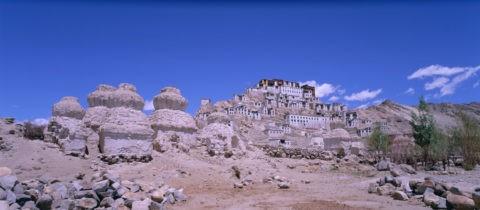 仏塔とティクセ僧院 ラダック インド