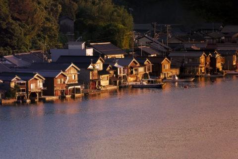 夕日に染まる舟屋