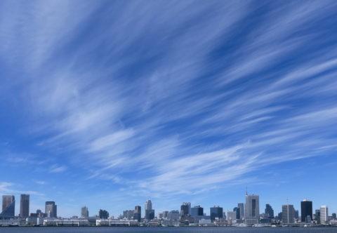 ビル群と筋雲