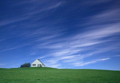 丘の上の白い家