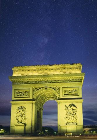 凱旋門と星空