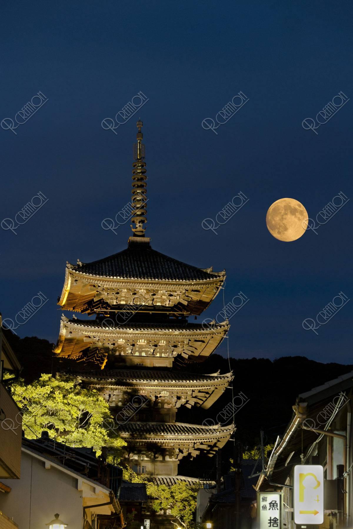 八坂の塔 月