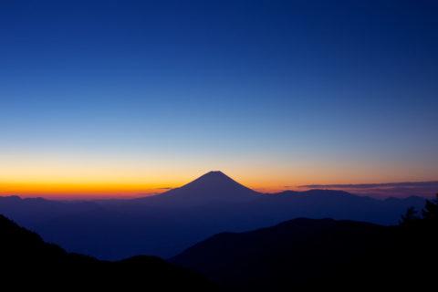 夜明け前の富士山