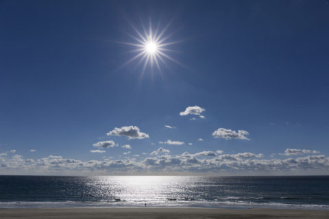 輝く海と太陽