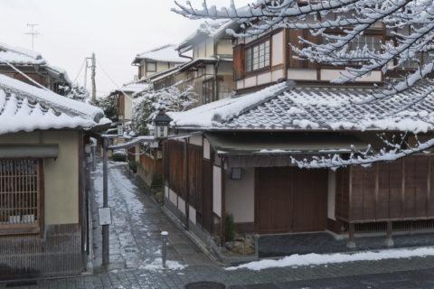 雪の石塀小路