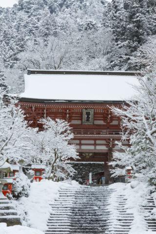 雪の鞍馬寺山門