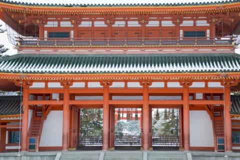 雪の平安神宮応天門
