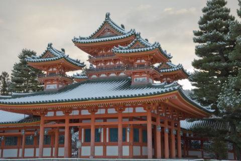 雪の平安神宮蒼龍楼