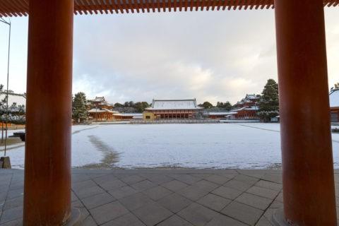 雪の平安神宮外拝殿