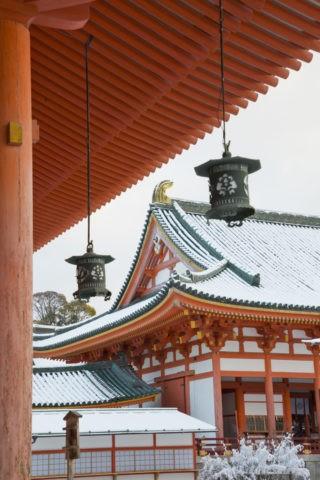 雪の平安神宮外拝殿と釣り灯篭