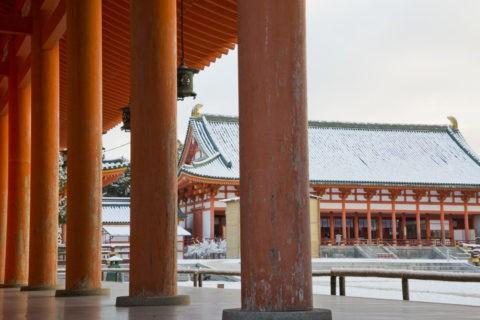 雪の平安神宮外拝殿と廻廊