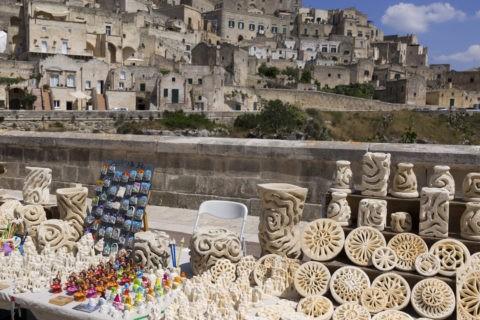 土産物と洞窟住居群
