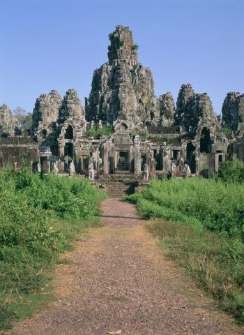 草茂るバイヨン カンボジア