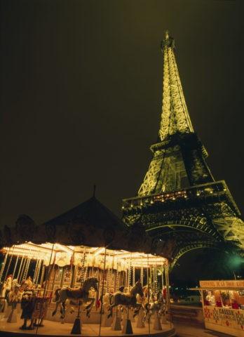 エッフェル塔と回転木馬 パリ