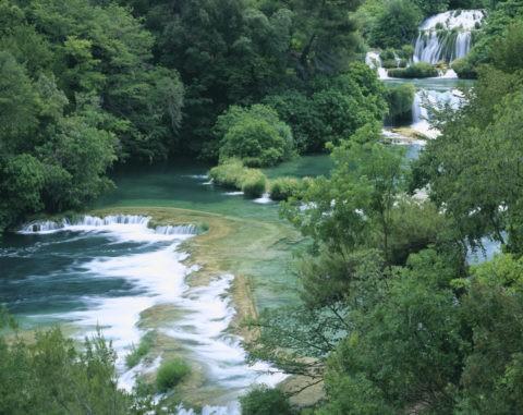 新緑の中の滝 クルカ国立公園