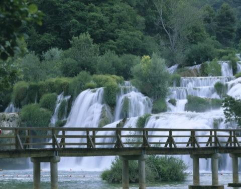 新緑の滝と橋 クルカ国立公園