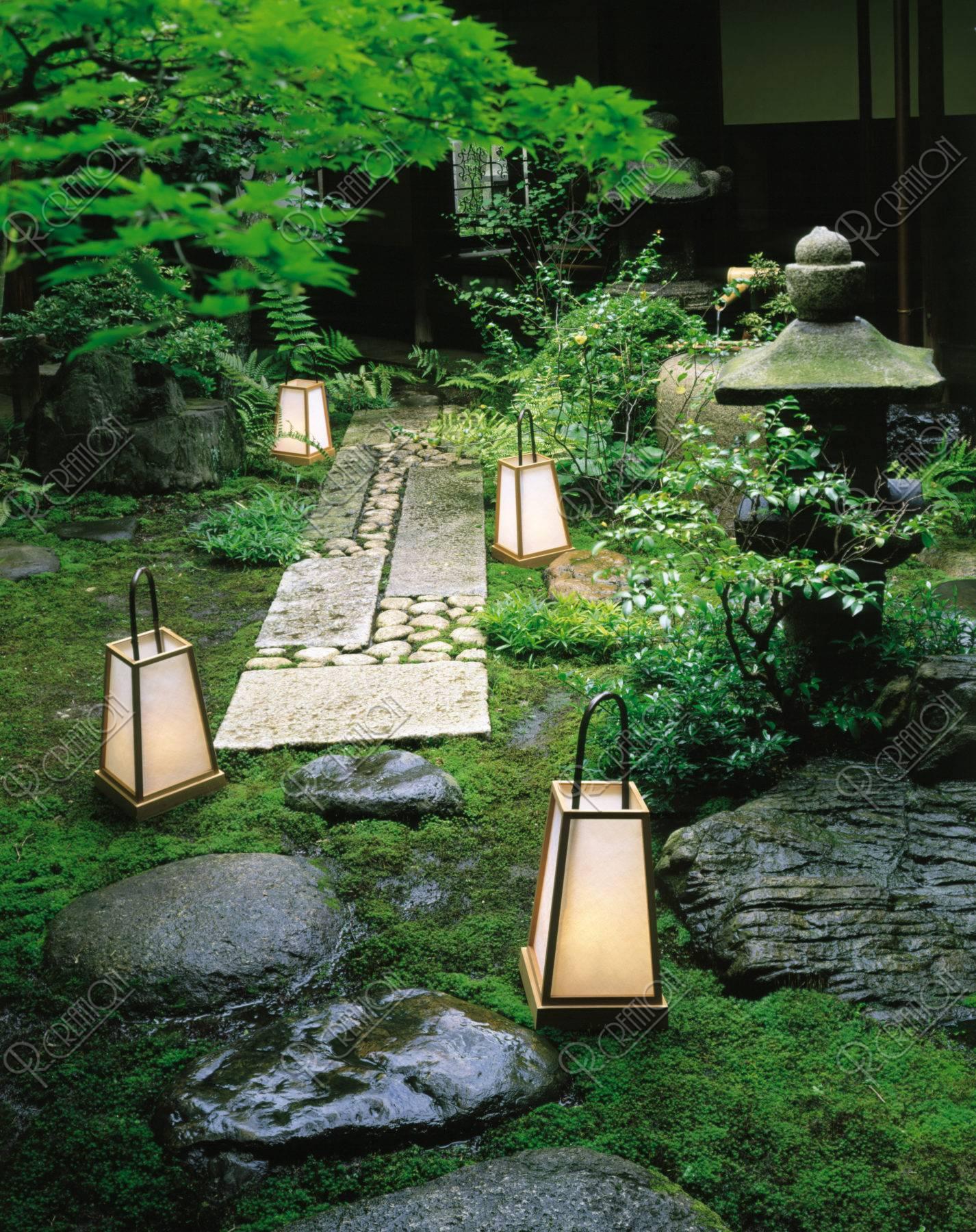 坪庭 行燈と灯篭