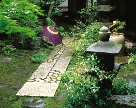 坪庭 灯篭と傘
