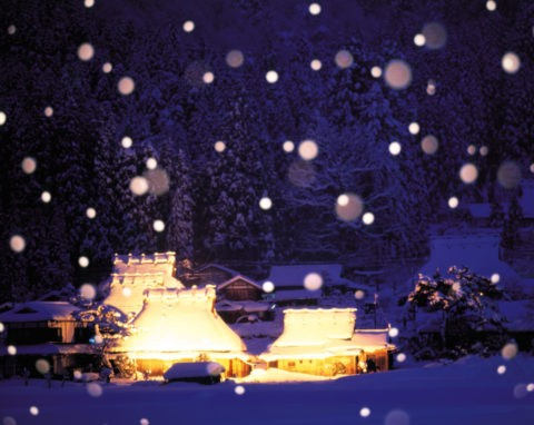 雪の茅葺き民家集落 夜景 合成